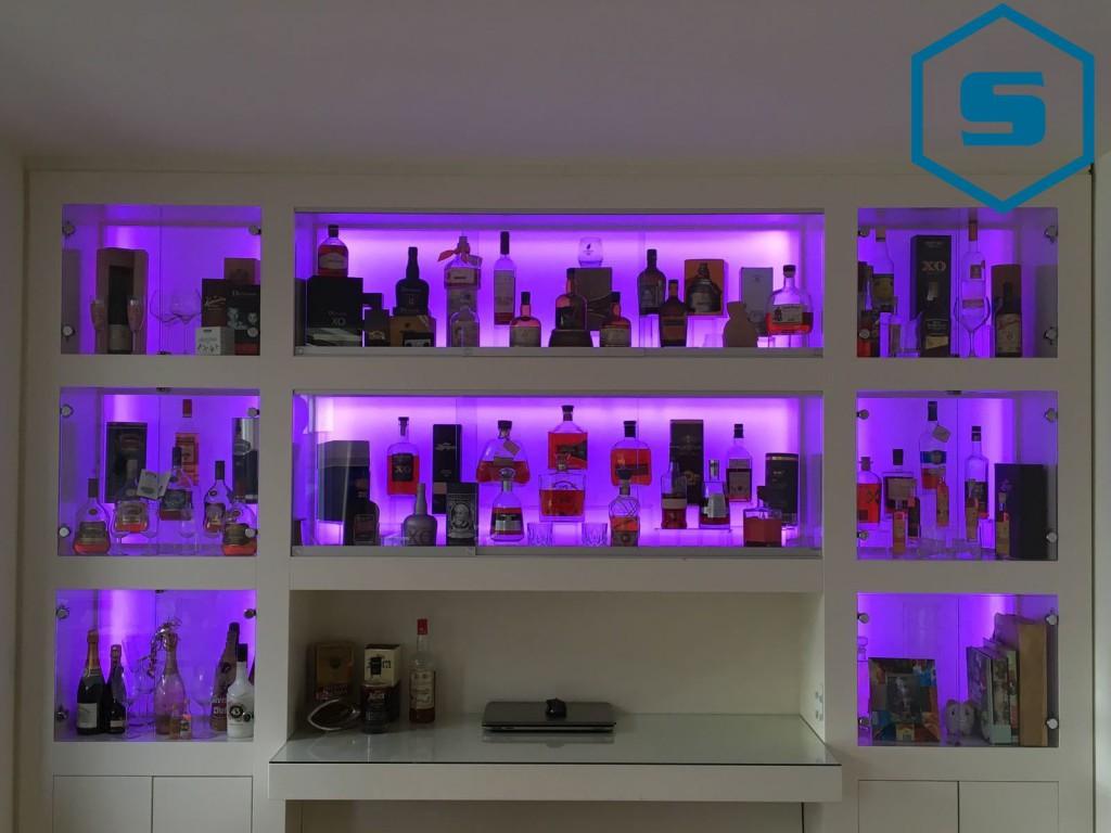 Drankkast met paars licht