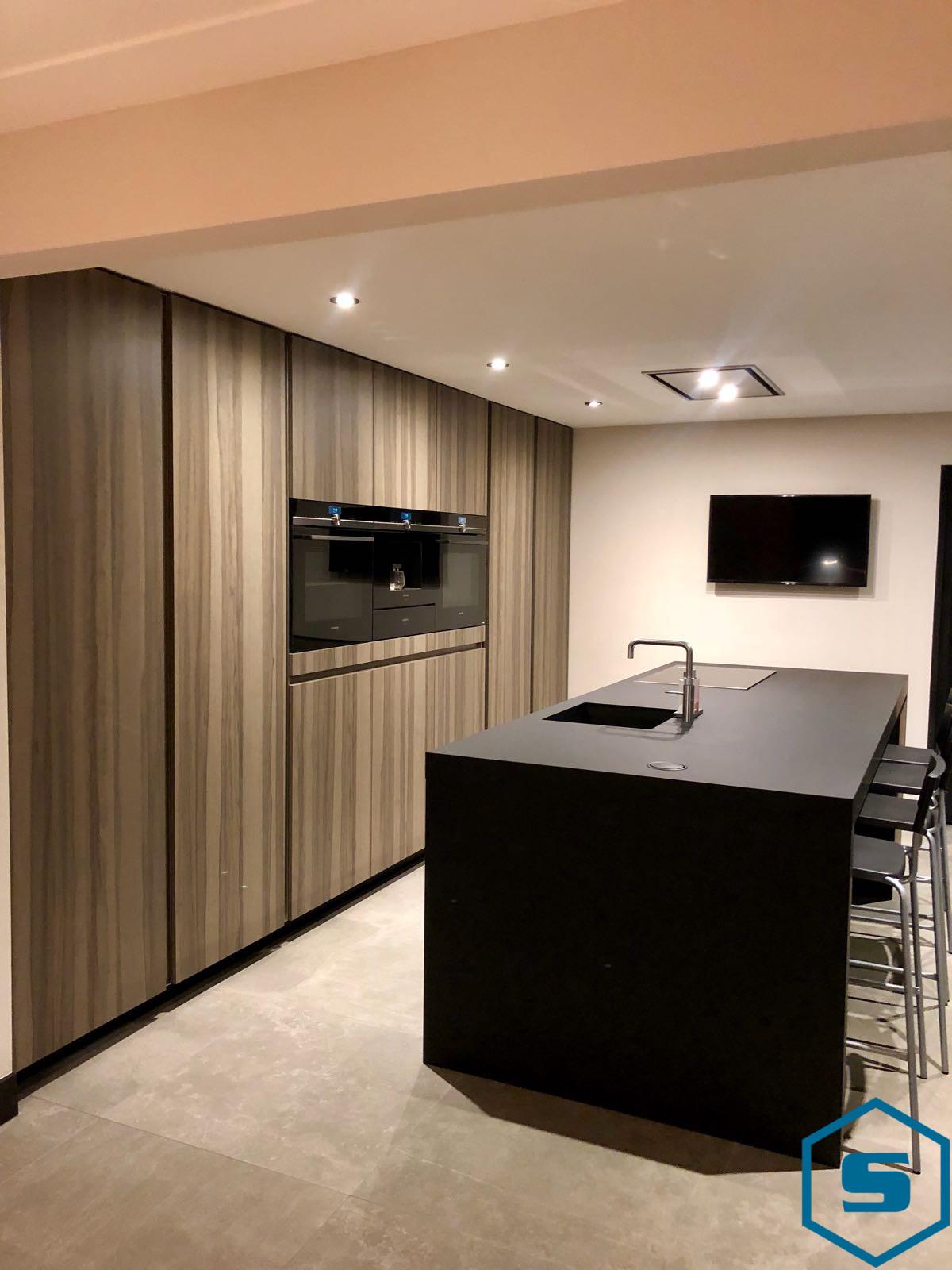 Stabilo-interieurbouw-keuken-met-kookeiland-shinnoki-fenix-1