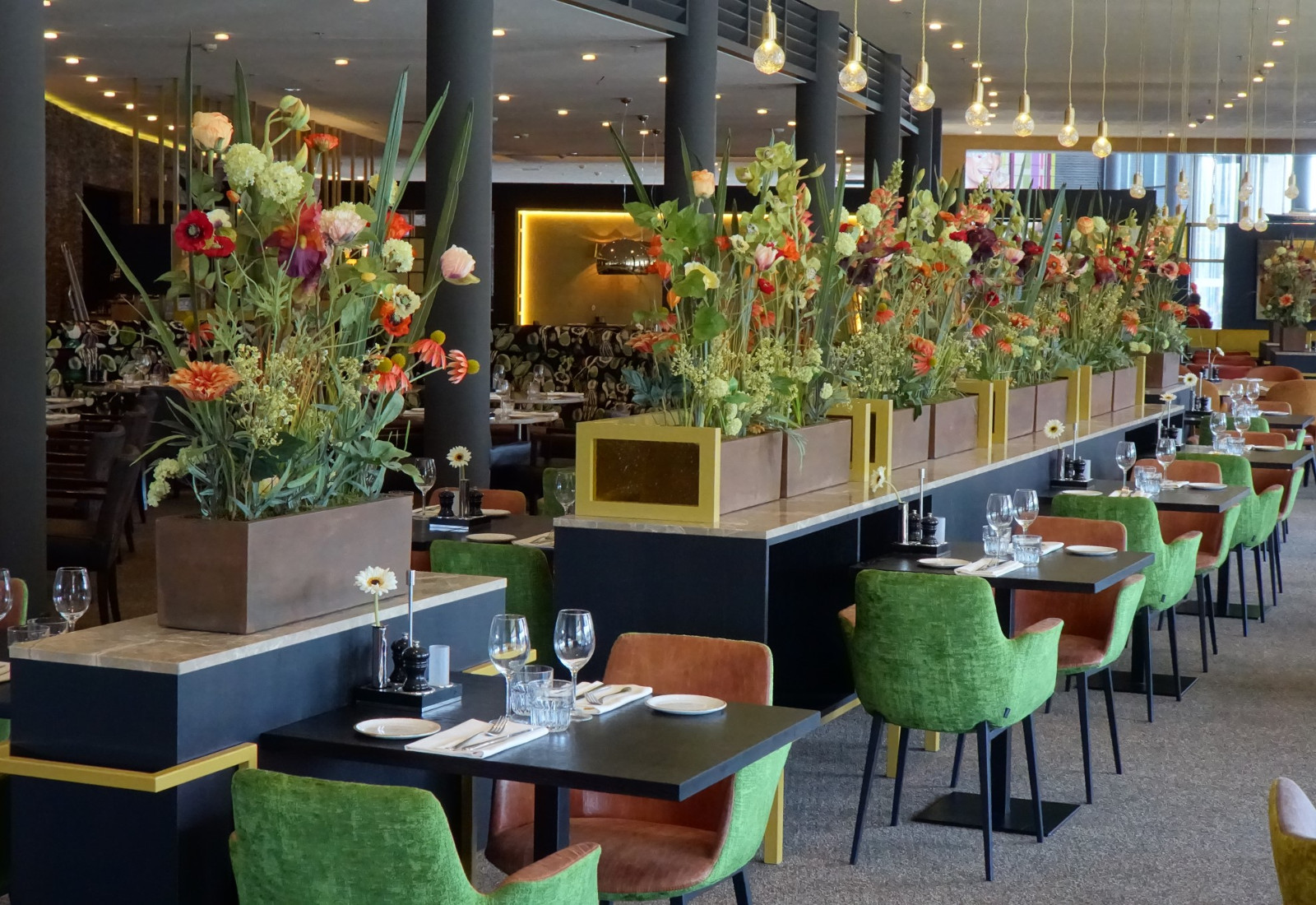 restaurant-flowers-green-chairs